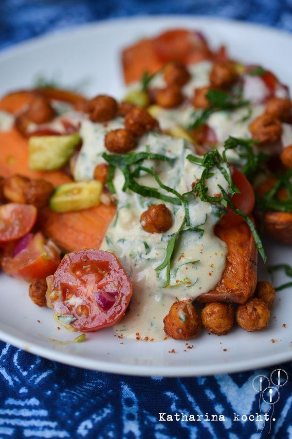 Gebackene Süßkartoffeln mit Kichererbsen, Avocado-Salsa und Tahini-Sauce