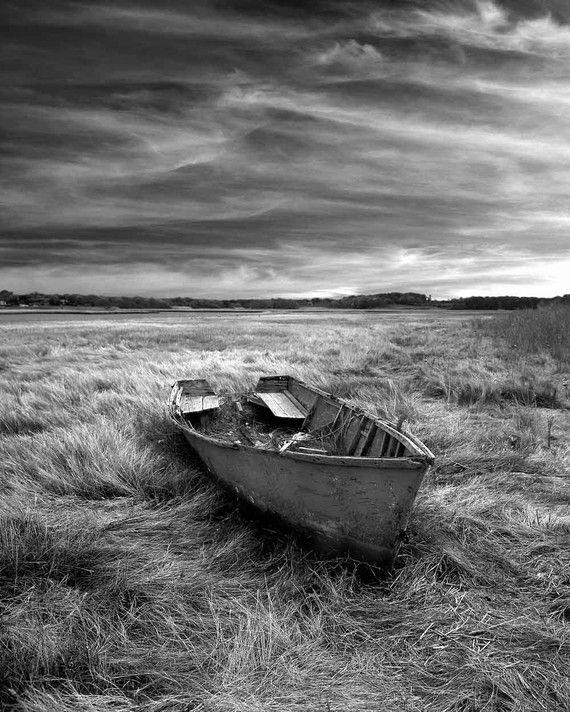 Weißes Foto des alten Bootes auf dem Gebiet durch unadillaarts auf Etsy