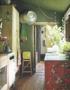 a bohemian kitchen Die bloemenwand, prachtig !