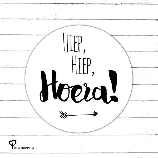 5 Ronde stickers met de tekst 'Hiep, Hiep, Hoera!' ø 40mm. Bijv. te gebruiken als sluitsticker of om een ingepakt cadeautje op te vrolijken!