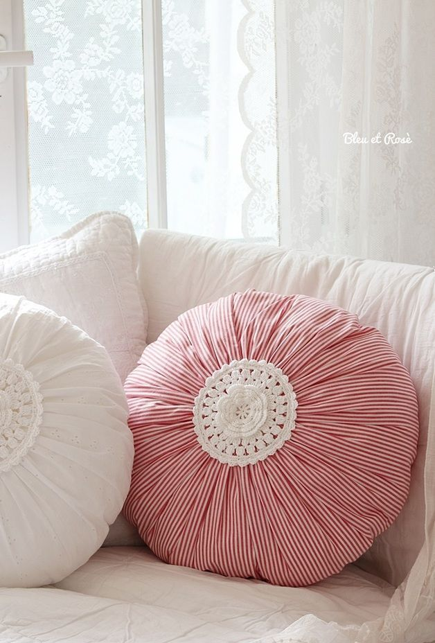 Cojin • round pink puff pillows