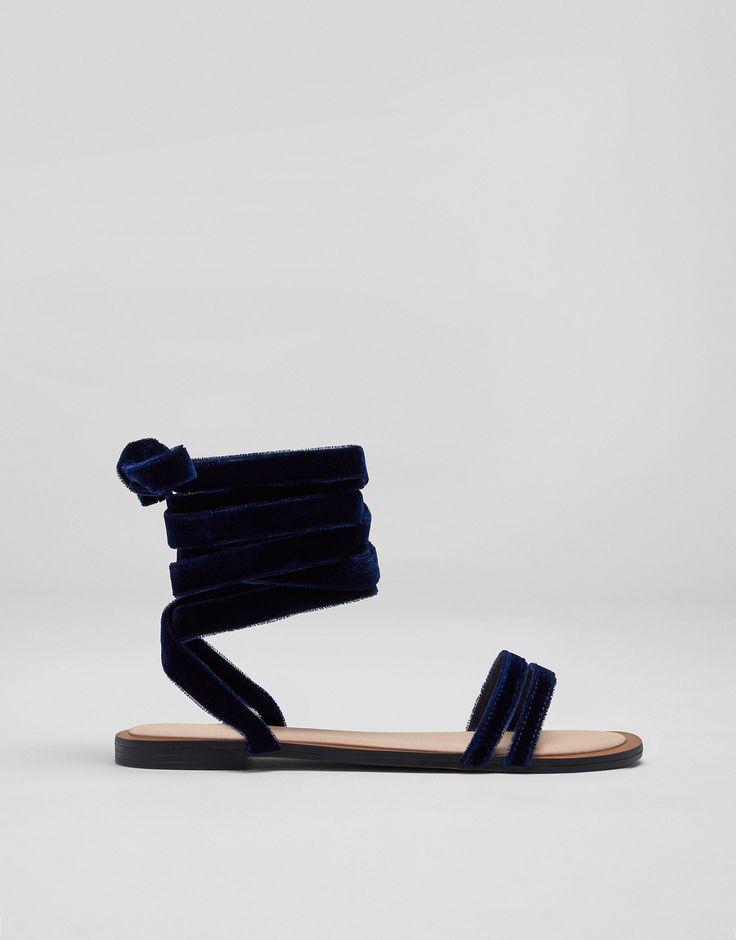 Modne niebieskie sandały z aksamitu - Najświeższe nowości - Buty - Dla Niej - PULL&BEAR Polska