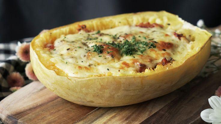 Receta con instrucciones en video:  Ingredientes: 1/2 calabaza espagueti, Aceite de oliva, 100 gr. de carne picada, 1/2 tomate enlatado, 50 gr. de cebolla, 1 cda. de caldo en polvo, 50 gr. de queso rallado, Pimienta