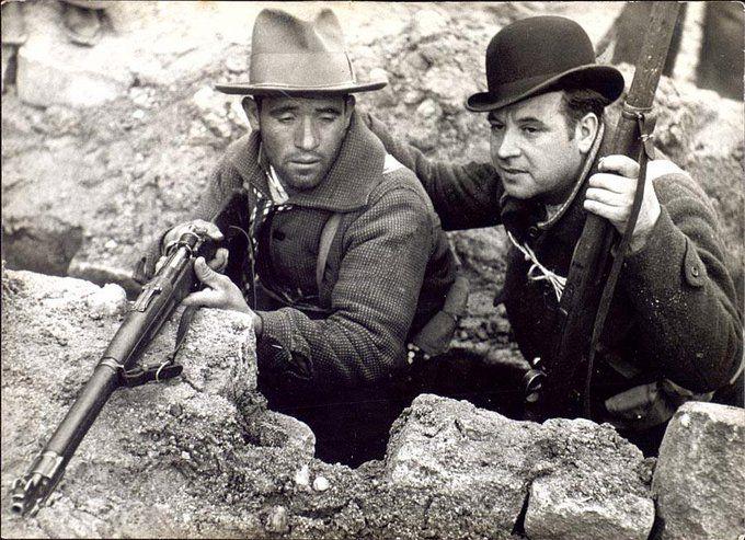 Spain, 1936. Milicianos. Me resulta muy curioso el bombín y muy llamativo, si lo que querías es pasar desapercibido.