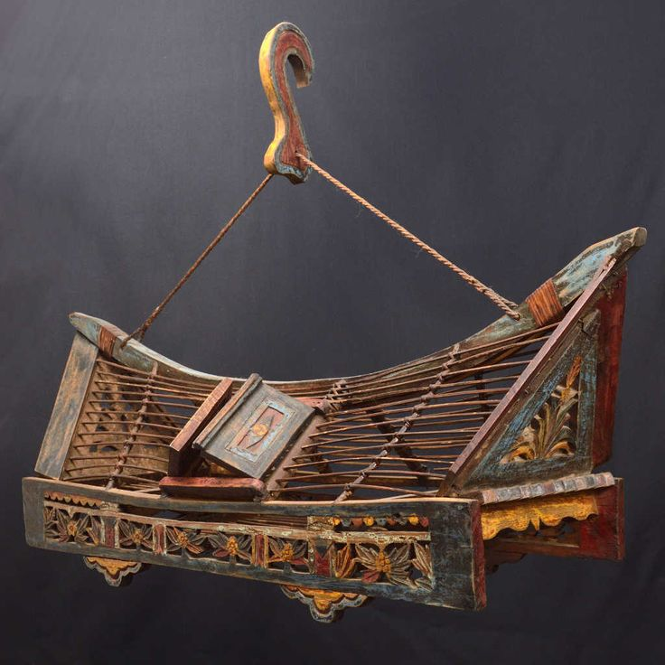 This cage for small birds recalls the shape of the typical island houses. Size: 76 x 27 x 34 cm.