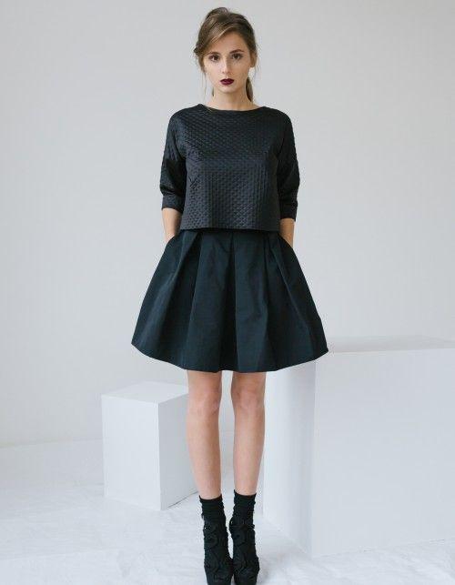 Czarna spódnica układana w kontrafałdy, z wygodnymi kieszonkami ukrytymi w szwach bocznych. Uszyta ze śliskiej tkaniny z delikatnym połyskiem. Na środku tyłu kryty zamek. Idealna w stylizacjach z t-shirtem jak i w wieczorowym wydaniu. Wzrost modelki: 170cm, ma na sobie rozmiar XS;