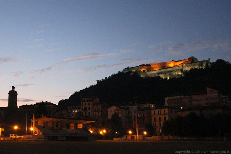 Il Forte di Gavi e il campanile della chiesa di San Giacomo Maggiore visti dal campo sportivo.
