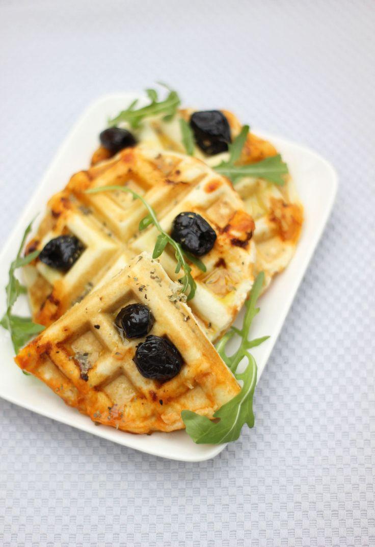Gaufres salées fourrées à la mozzarella, sauce tomate et jambon italien