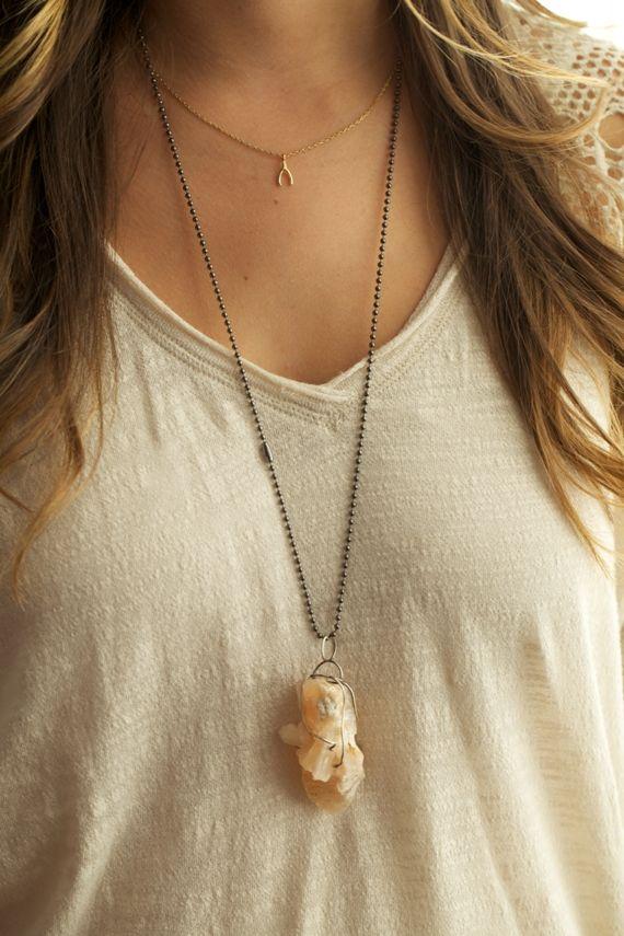 DIY geode necklace: Diy Necklaces, Rocks Necklaces, Diy Crafts, Diy And Crafts, Diy Ornaments, Crafts Diy, Crystals Necklaces, Diy Projects, Wire Wraps Pendants