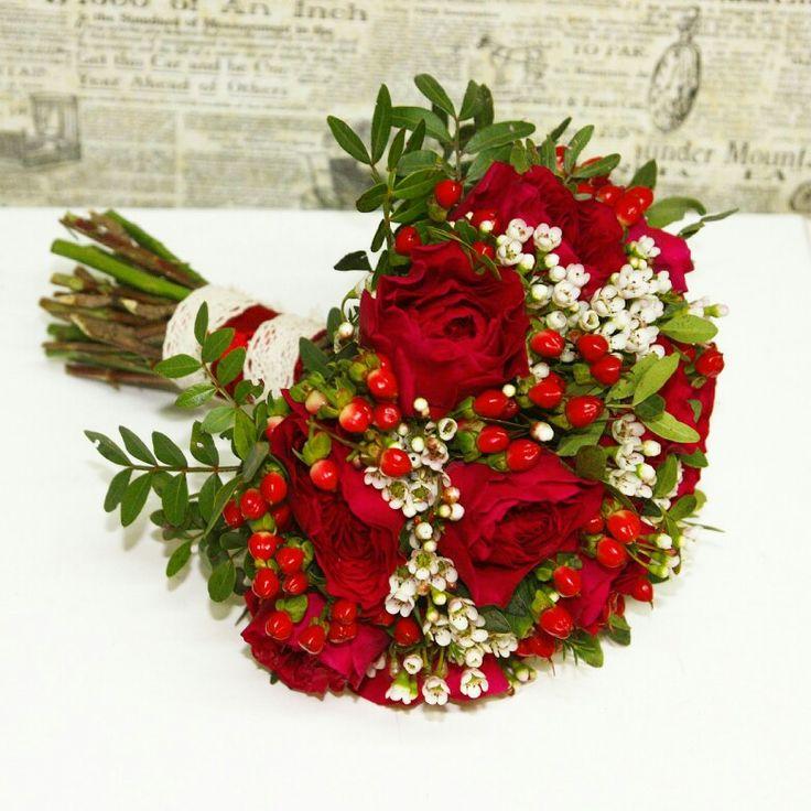 Красный букет невесты из роз Дарси, гиперикума и ваксфлауэра
