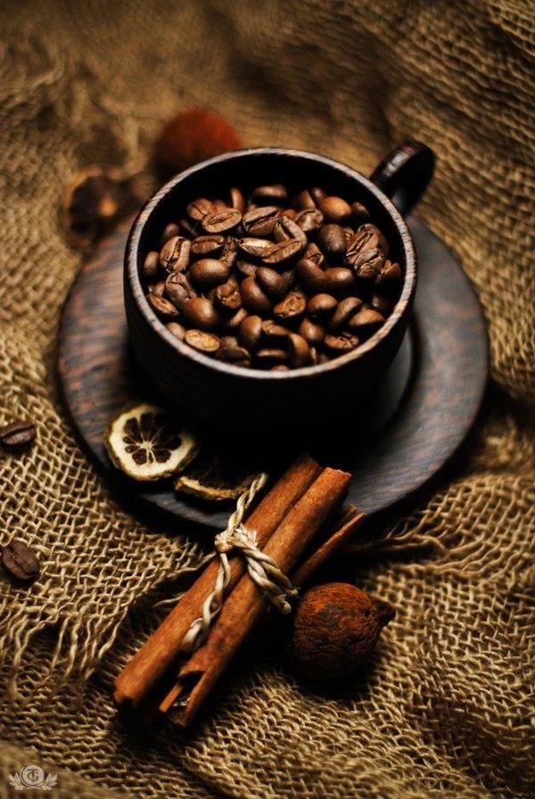 РЕЦЕПТ Кофе с медом, мускатным орехом и корицей. Ингредиенты: Горячий черный кофе; Молоко; Мед по вкусу; Молотый мускатный орех по вкусу; Молотая корица по вкусу. Смешать две части горячего черного кофе, ½ часть молока, молотый мускат и молотую корицу, мед. Полученную смесь перемешать и поставить на огонь. До кипения доводить не нужно, как только напиток дойдет до точки кипения, его нужно снять с огня и разлить по чашкам .