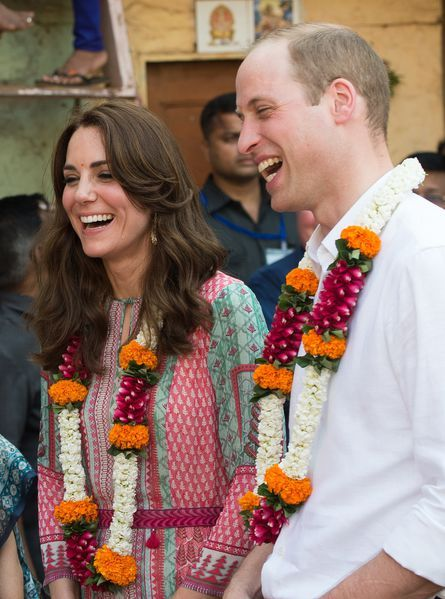 Le prince William et son épouse la duchesse de Cambridge, née Kate Middleton ont joué au football avec des enfants pauvres des bidonvilles de Bombay, dimanche 10 avril.