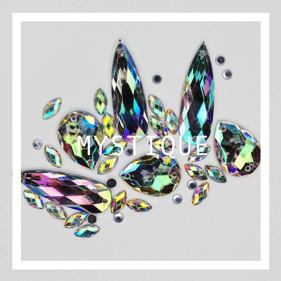 MIX VRAC GEMME MYSTIQUE Ces beaux joyaux lâche peut créer certains vraiment beau festival semble groupée de nos paillettes. Il suffit d'appliquer les gemmes lâches avec colle cils ou un maquillage adhésif sur la surface de la peau pour créer votre parfait maquillage look. -------------------------------------------- INFORMATIONS IMPORTANTES Ce qui est la meilleure façon d'appliquer nos paillettes? S'il vous plaît effectuer patch test avant de l'utiliser. PEAU Appliquer une fine couche ...