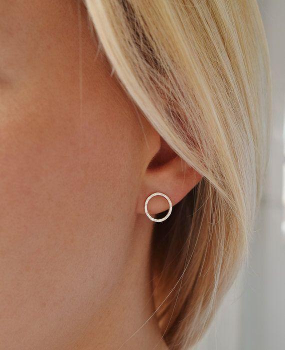 Grübchen gehämmert Silver Circle Ohrstecker handgemacht - Open Circle Earrings - UK  Einfach noch anspruchsvoll! Die einfache Form und klare Linien machen diese Ohrringe perfekt für den Alltag, während das Grübchen-gehämmert Finish subtile Facetten erstellt, die das Licht reflektieren und ziehen das Auge!  Wann und wo, sind sie sicher, Ihr Aussehen ein wenig Auftrieb zu geben!  Auch erhältlich mit einem Bindestrich gehämmert Finish, ebenso so hübsch aber gibt eine etwas mehr nervös fühlen…