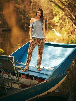 102A 07-11, burda style, Schnittmuster zum Download - Lässig-luftige Sommer-Hose aus Stoff mit Animal-Print. Foto: Ian Perkins