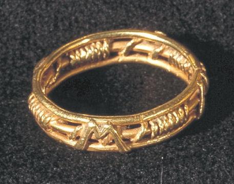"Trolovelsesring i guld med symbolsk ""fletmønster"" og tovsnoning. Fra borgen Solvig i Sønderjylland. (Nationalmuseet)"