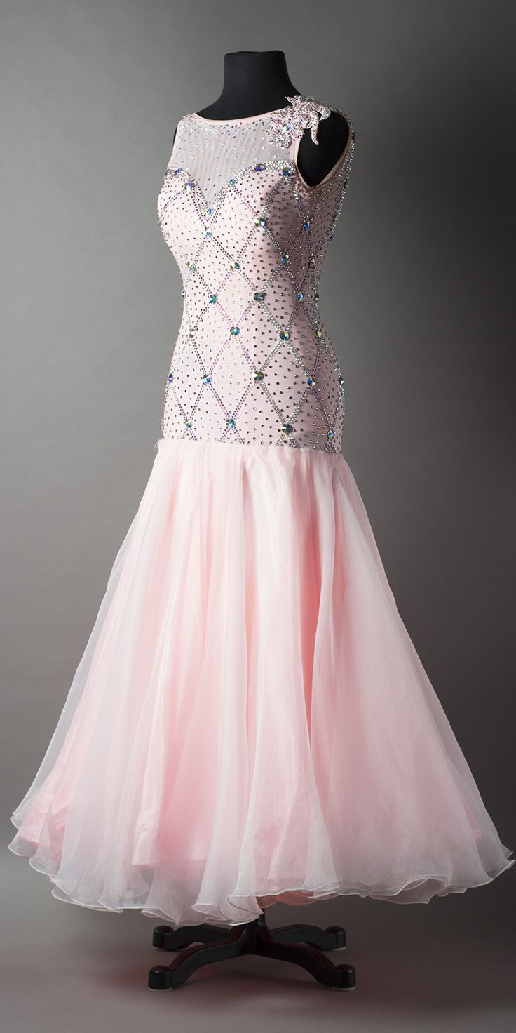 Such a pretty and elegant dress. I would prefer it with sleeves though.