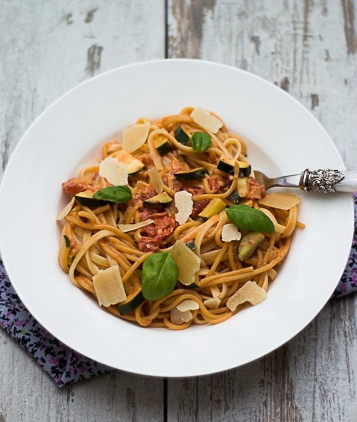 Spaghetti z pomidorami i cukinią