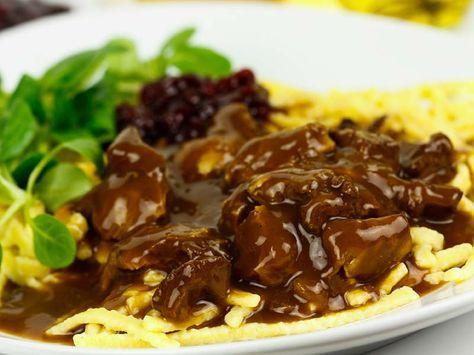 Rehgulasch mit Spätzle und Preiselbeeren Ein wunderbares Reh-Gulasch in 30 Minuten? Mit selbstgemachen Spätzle? GEHT NICHT – gibt's nicht! http://einfach-schnell-gesund-kochen.de/rehgulasch-mit-spaetzle-und-preiselbeeren/