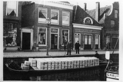 De distilleerderij van Bokma aan de Tuinen in Leeuwarden. De foto stamt uit 1895.