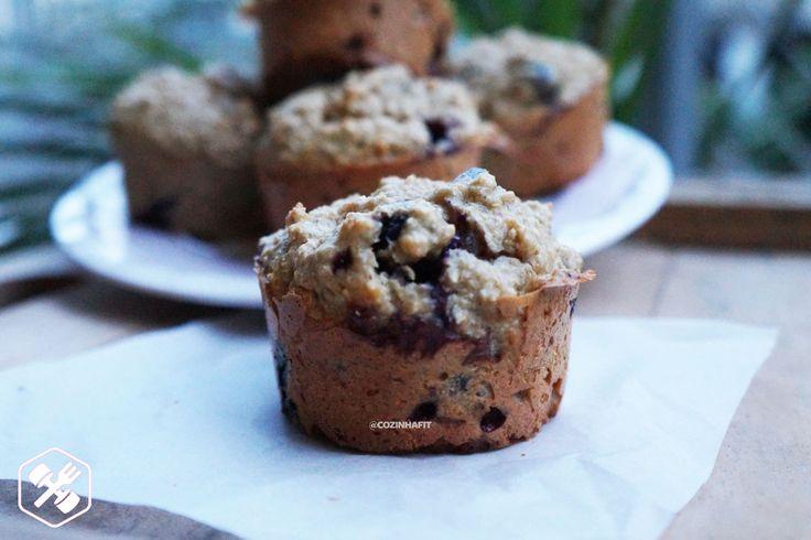 Essa receita de muffin sem farinha é super ótima, pois permite várias substituições! Eu fiz com pasta de amendoim e blueberries, mas vocês pode usar pasta/manteiga de qualquer oleaginosa e outra fruta que goste, como morangos por exemplo.  Gosta de cozinhar ouvindo música? Me segue no Spotify: Sylvia Pozzobon.  Ingredientes:  - 2 xícaras de farelo de