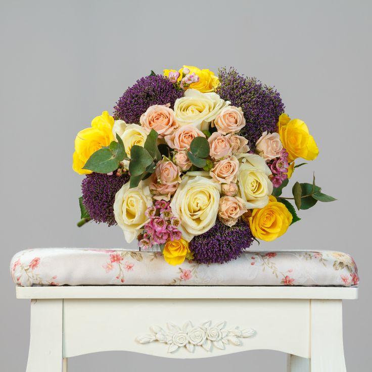 https://www.orasulflorilor.ro/buchete-flori/inegalabil-intre-roze-buchet-mixt-de-5-trandafiri-galbeni-si-5-trandafiri-albi/