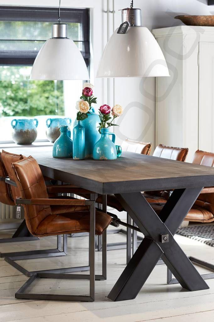 Houten tafel met beton-look blad