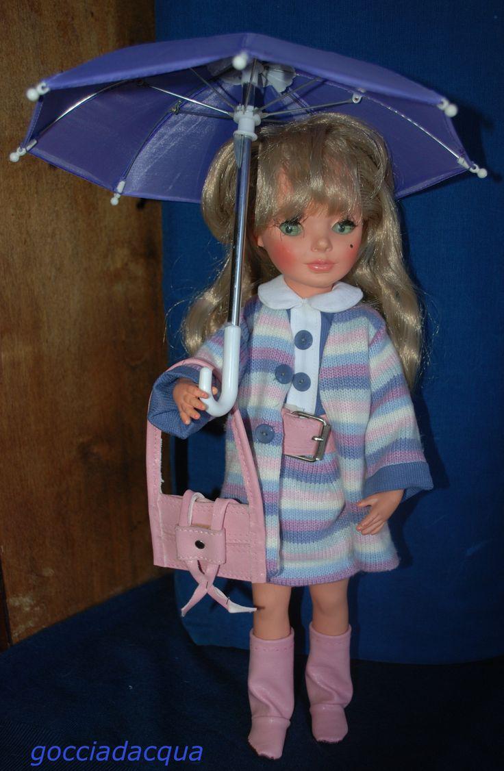 Simona indossa il completo 'Fantasia' 1968 liberamente reinterpretato ed accessoriato con cintura borsa e stivali rosa ed ombrello lilla