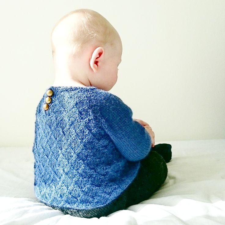 Hverdagsgenseren er en tynn, lett og lekker genser strikket i myk alpakka i et elegant vridningsmønster. Siden genseren er både pyntet og praktisk, er den perfekt til en hektisk hverdag hvor du skal rekke både barnehage og bursdagsselskap, handletur og svigermormiddag. Velg selv om du vil ha knappene bak eller foran, og detaljer for å strikke den som en jakke er også inkludert.
