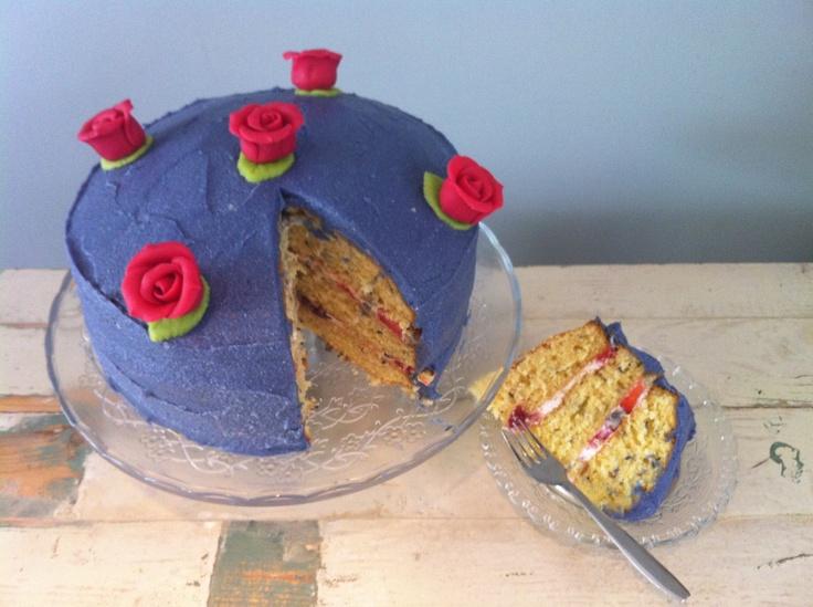 Lavendeltaart met een frisse vulling van room met aardbeien