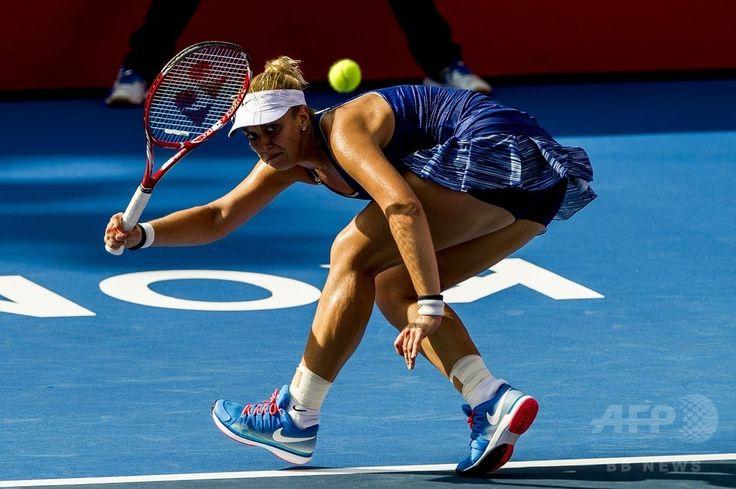 女子テニス、香港オープン(Prudential Hong Kong Tennis Open)シングルス決勝。リターンを打つザビーネ・リシキ(Sabine Lisicki、2014年9月14日撮影)。(c)AFP/XAUME OLLEROS ▼15Sep2014AFP|第1シードのリシキが優勝、香港オープン初代女王に http://www.afpbb.com/articles/-/3025895