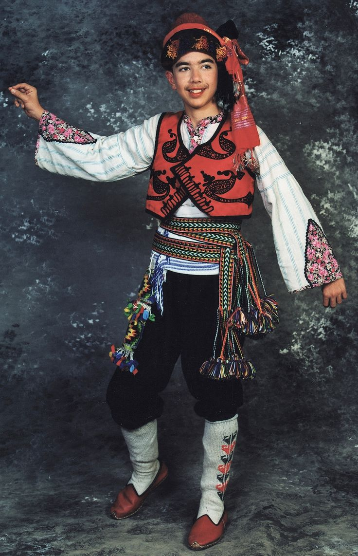 Traditional festive costume of the Yörüks, from the mountainous districts of the Fethiye province. Style: mid-20th century. This is a (good) recent workshop-made copy, as worn by folk dance groups.