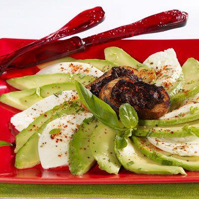 Découvrez la recette Avocats à la mozzarella sur cuisineactuelle.fr.