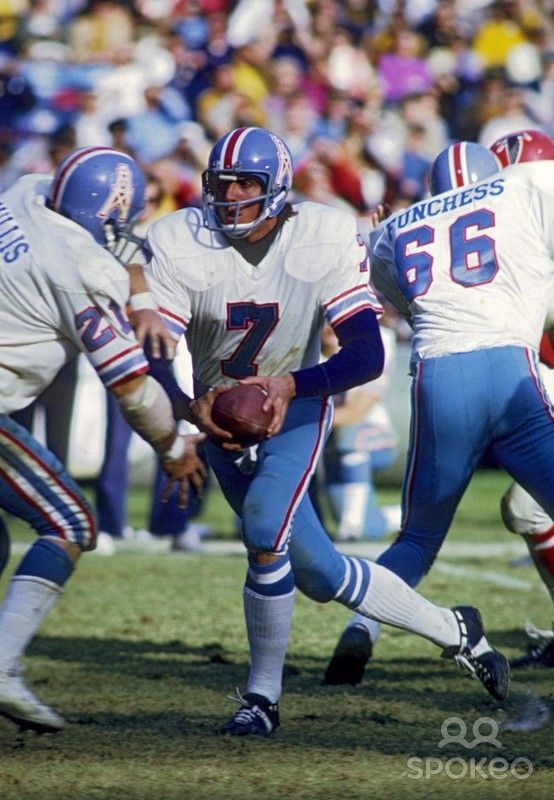 Houston Oilers quarterback Dan Pastorini (7) in action against the Atlanta Falcons at Fulton County Stadium.