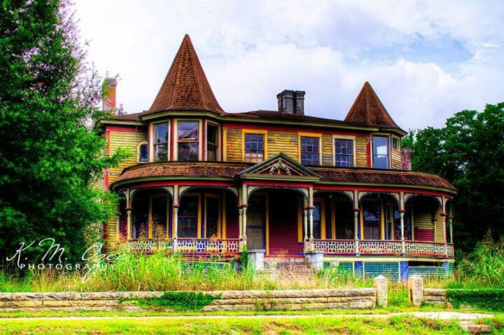 Abandoned home in Sparta, Georgia.  How can something this beautiful, be abandoned????