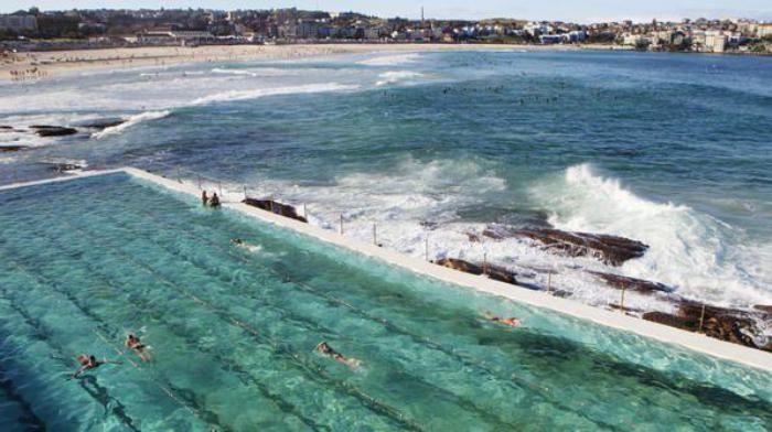 piscine olympique, nageant tout près de l'océan