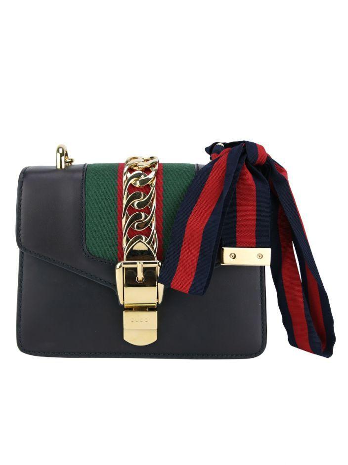 7d9a97f8ccf1c Bolsa Gucci Sylvie Mini Preta Original confeccionada em couro com faixa  central em gorgurão nas cores