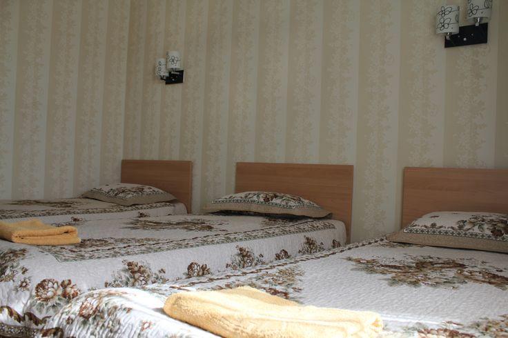 Холодная и горячая вода круглосуточно. В каждом номере имеется санузел, душ, мебель, спутниковое телевидение.