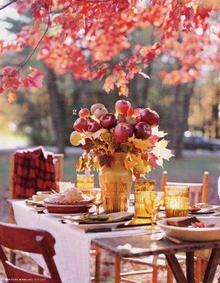 Red apple centerpiece. (The Style Sisters: Autumn dining - http://thestylesisters.blogspot.com/2008/09/autumn-dining.html) @WV Weddings Magazine / Nikki Bowman