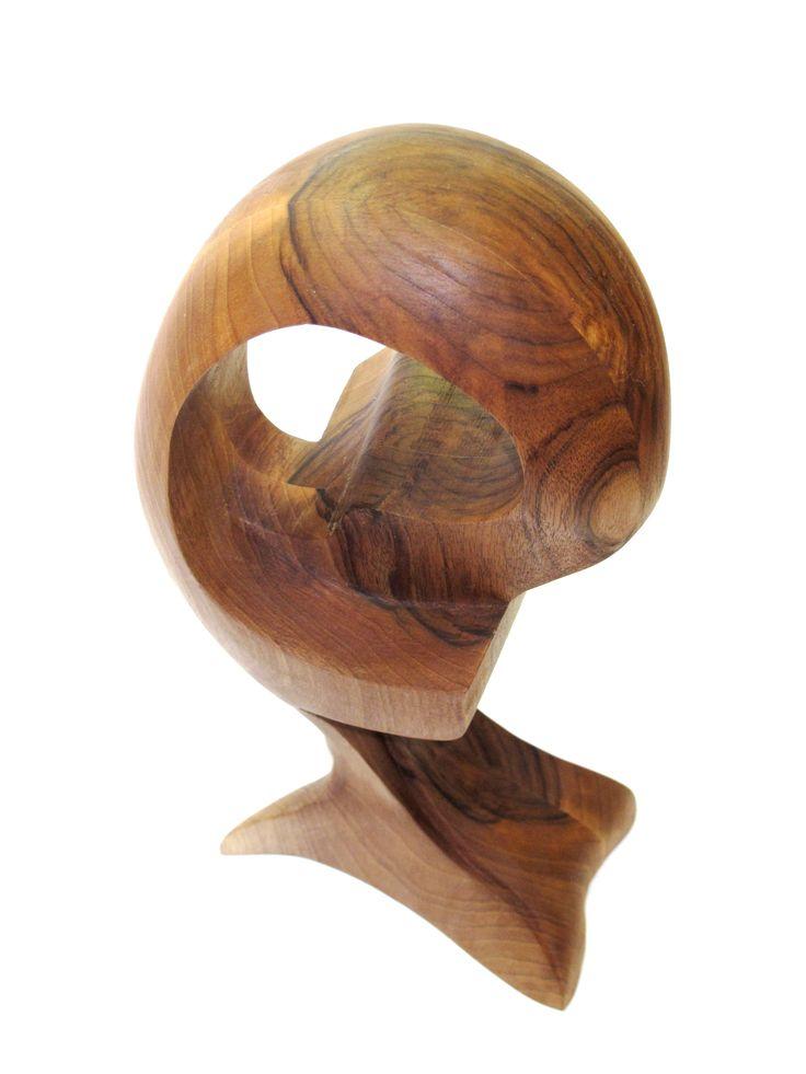 Escultura orgánica de madera de nogal, juglans regia acabado con barniz copal y sandaraca.