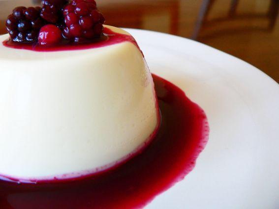 APanacotta(em Italianosignifica literalmente nata cozida) é uma sobremesatípica da região Italianado Piemonte, elaborada a partir de nata de leite, açúcar, gelatina e especiarias, especialmente canela. Consome-se sozinha, com compotas ou com frutafresca..