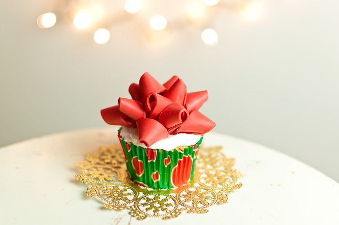 How to make a Gift Bow Cupcake Topper: Holidays Cupcakes, Amy Atlas, Bows Tutorials, Gifts Bows, Christmas Bows, Cupcakes Toppers, Fondant Bows, Christmas Cupcakes, Bows Cupcakes