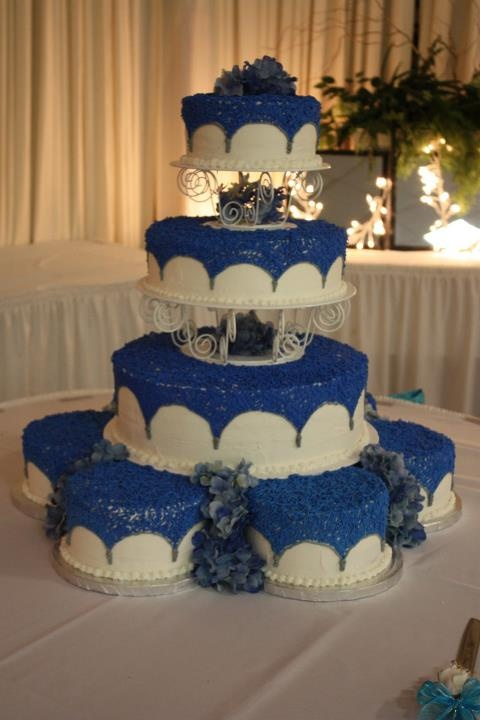 blue and white 15 anos cake