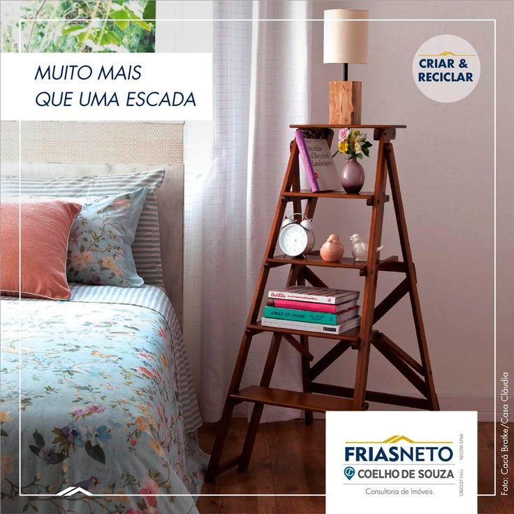 Para dar um toque de originalidade ao quarto, uma pequena escada – se preciso, restaurada – pode ser reaproveitada no lugar da mesa de cabeceira. Os degraus devem ser largos para acomodar as peças decorativas. Puro charme, né?
