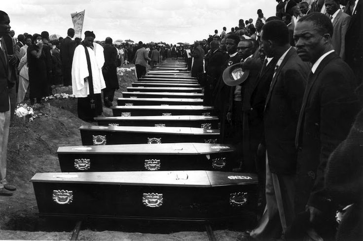 7 Peter Magubane, Sharpeville Funeral: More than 5,000 people were at the graveyard, May 1960. Courtesy Baileys African History Archive