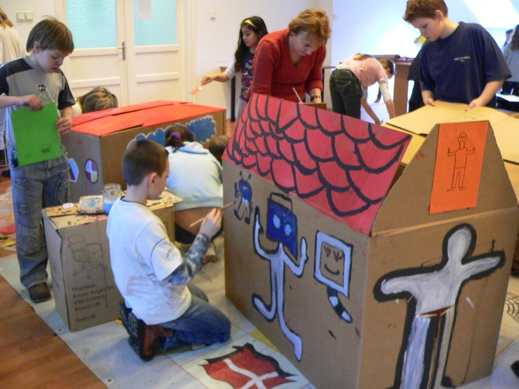We crafted an imaginary city from cardboard boxes and decorated them with Keith Haring symbols. (2009)