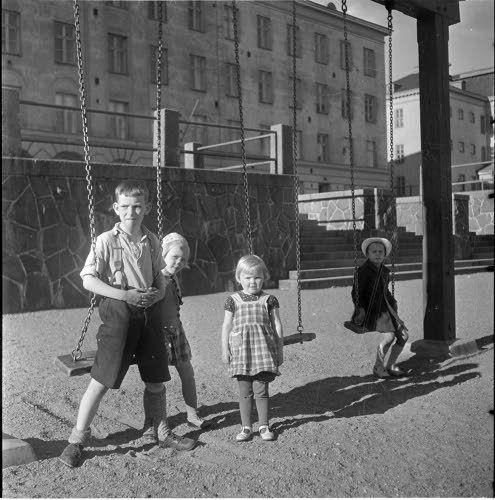 Lapsia leikkikentällä Helsinki 1941.06.20