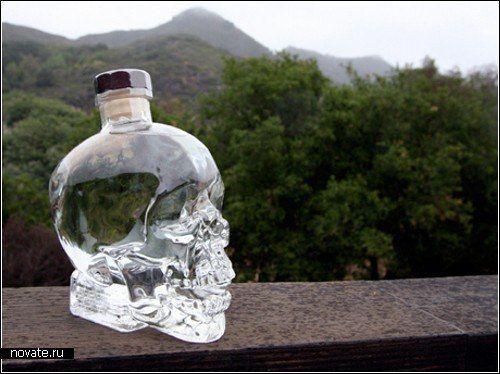 """Водка в хрустальном черепе Автором этого милого и доброго дизайна стал американский актер Dan Aykroyd, (""""Охотники за привидениями""""). Видимо, охота за нечистью так впечатлила Эйкройда, что он придумал """"бесовский"""" дизайн для водки Crystal Head Vodka (Хрустальная голова), """"упаковав"""" ее в бутылку в форме стеклянного черепа. Почему хрустальный череп? А дело в том, что существует легенда, согласно которой обладатель хрустального черепа способен получить немыслимую силу."""
