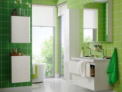 Grønt og hvitt bad med skap med dobbel servant og to skuffer.