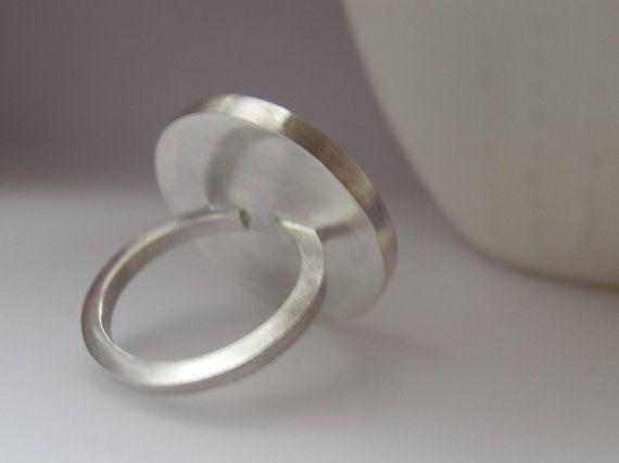 Een mooie grote ronde aqua blauwe hars ring. Deze minimalistische instructie ring heeft een moderne, minimalistische stijl. De Pop ring ziet er geweldig, alleen of samen met uw andere favoriete ringen. Het zou een echt funky geschenk voor een chique, minimalistische vriend, ook. > 2,5 cm of 1 inch diameter > Op maat voor u > Alle Quercus zilver is prachtig gift-wrapped geleverd > Gepost door aangetekende brief in het Verenigd Koninkrijk of de internationale bijgehouden Ik hand-m...
